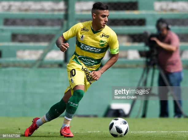 Leonel Miranda of Defensa y Justicia drives the ball during a match between Defensa y Justicia and River Plate as part of Superliga 2017/18 at...