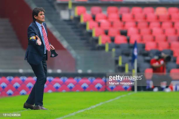 Leonel Rocco, coach of San Luis gives instructions during the 16th round match between Cruz Azul and Atletico de San Luis as part of the Torneo...