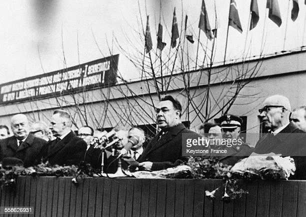 Leonid Brejnev et Alexis Kossyguine suivis de Jozef Cyrankiewicz et Wladyslaw Gomulka à leur arrivée à Varsovie Pologne le 12 avril 1965