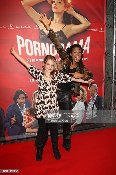"""Leonie Brill Und Laura Schneider Bei Der Premiere Zu """"Pornorama"""" Am 081007 In München ."""