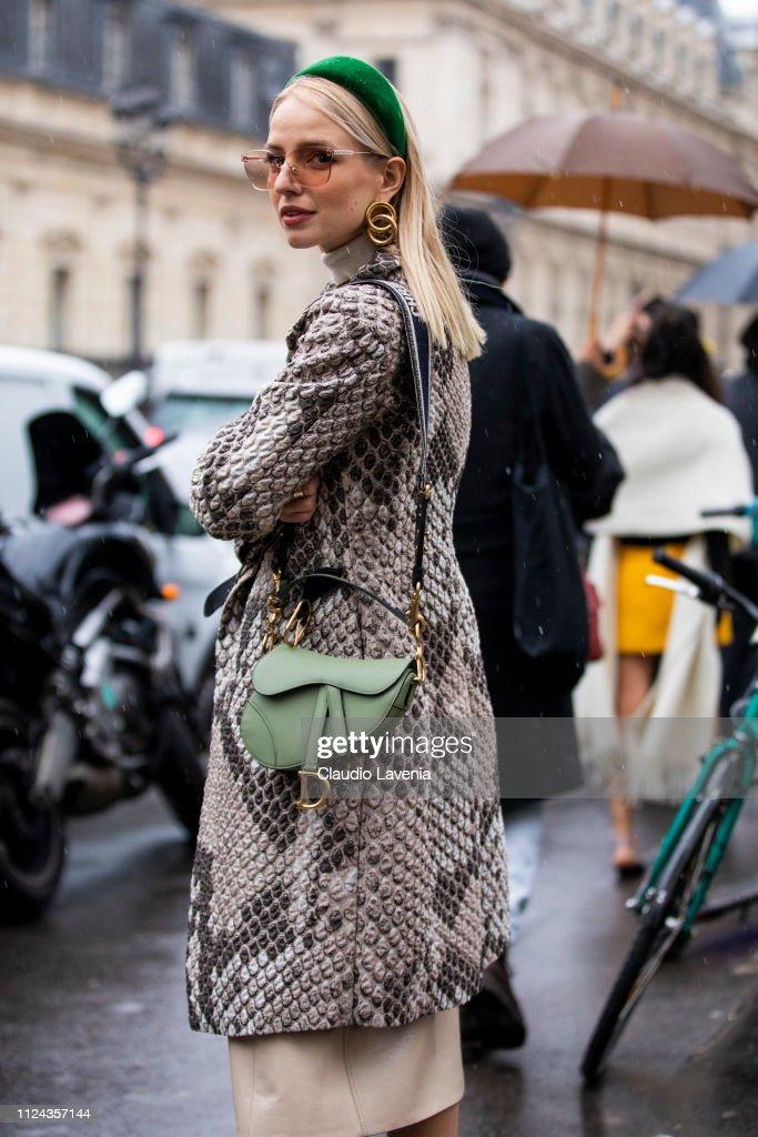 Street Style - Paris Fashion Week - Haute Couture Spring Summer 2020 : Day  Three : Fotografía de noticias