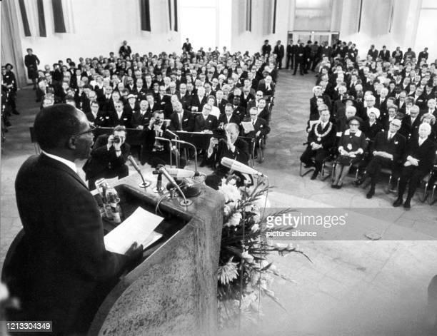 Leopold Senghor hält eine Festrede nach der Verleihung des Friedenspreises des Deutschen Buchhandels am 22. September 1968 in der Paulskirche in...