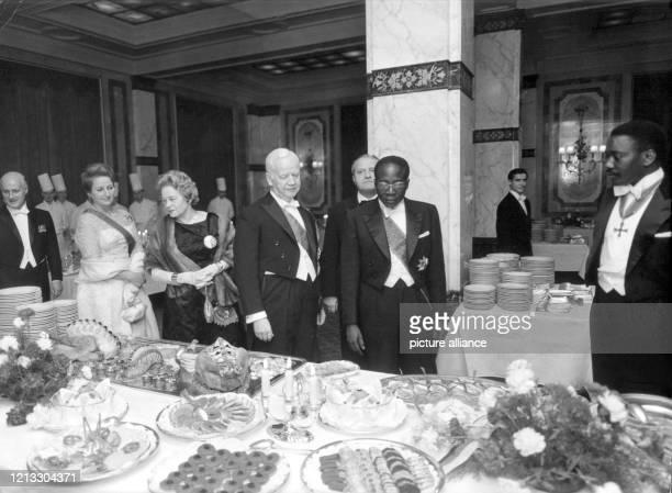 Leopold Senghor , seine Ehefrau Colette und Bundespräsident Heinrich Lübke mit Ehefrau Wilhelmine bei einem Empfang am 9. November 1961 im Hotel...