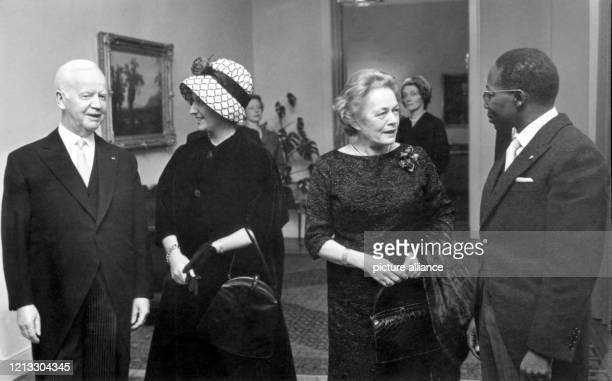 Leopold Senghor und seine Ehefrau Colette werden am 8. November 1961 vom Bundespräsidenten Heinrich Lübke und dessen Ehefrau Wilhelmine in der Villa...