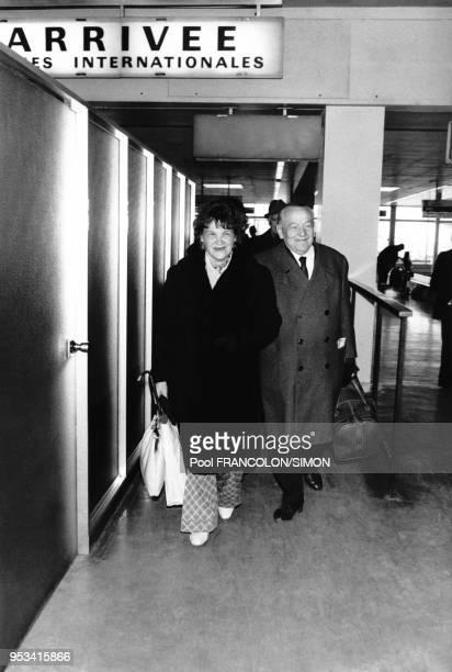 Leopold Trepper, chef du réseau d'espionnage 'Orchestre Rouge', et sa femme à l'aéroport Charles de Gaule en octobre 1974, Paris, France.