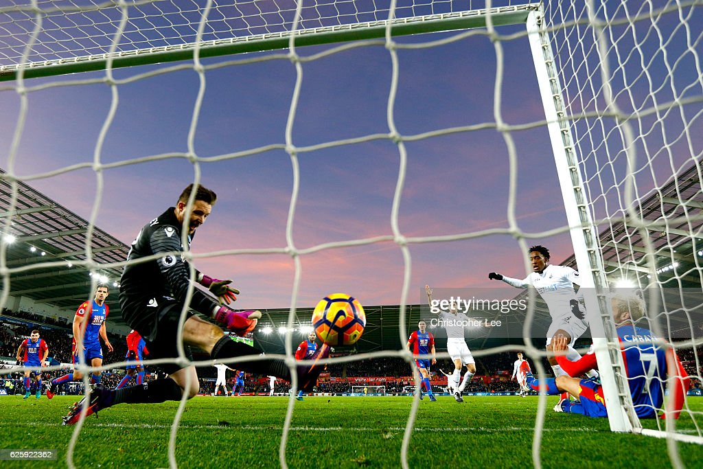 Leroy Fer of Swansea City scores his team's second goal during the Premier League match between Swansea City and Crystal Palace at Liberty Stadium on November 26, 2016 in Swansea, Wales.