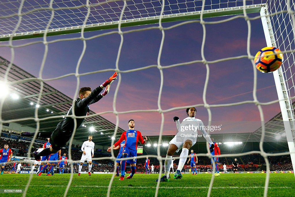 Leroy Fer of Swansea City scores his team's third goal during the Premier League match between Swansea City and Crystal Palace at Liberty Stadium on November 26, 2016 in Swansea, Wales.