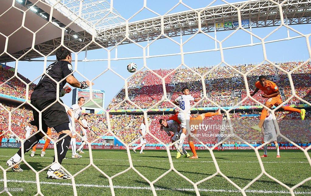 Netherlands v Chile: Group B - 2014 FIFA World Cup Brazil