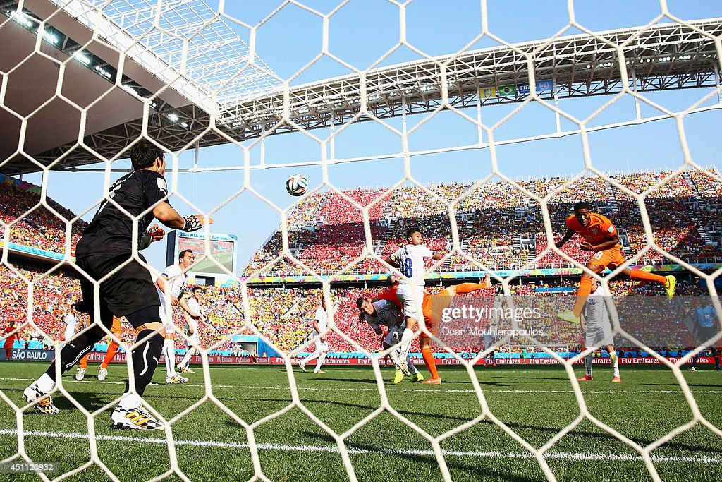 Leroy Fer (R) of the Netherlands scores his team's first goal past Claudio Bravo of Chile during the 2014 FIFA World Cup Brazil Group B match between the Netherlands and Chile at Arena de Sao Paulo on June 23, 2014 in Sao Paulo, Brazil.