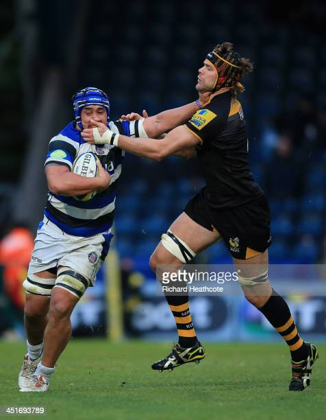Leroy Houston of Bath holds off Tom Palmer of Wasps during the Aviva Premiership match between London Wasps and Bath Rugby at Adams Park on November...