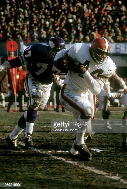 Leroy Kelly of the Cleveland Browns carries the ball against the Minnesota Vikings during an NFL football game at Metropolitan Stadium November 9...