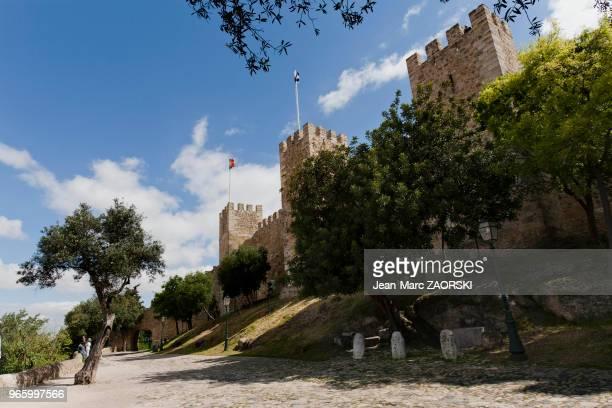 Les abords du Château SaintGeorges situé dans la freguesia de Castelo à Lisbonne au Portugal le 17 avril 2006