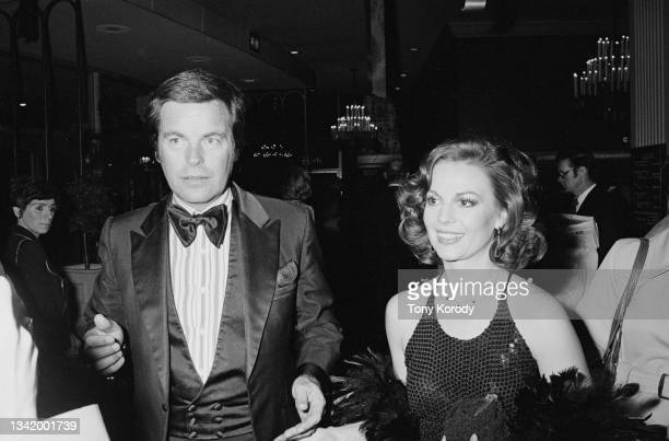 Les acteurs américains Robert Wagner avec sa femme Natalie Wood, à la soirée organisée pour la première du film « Towering Inferno ».