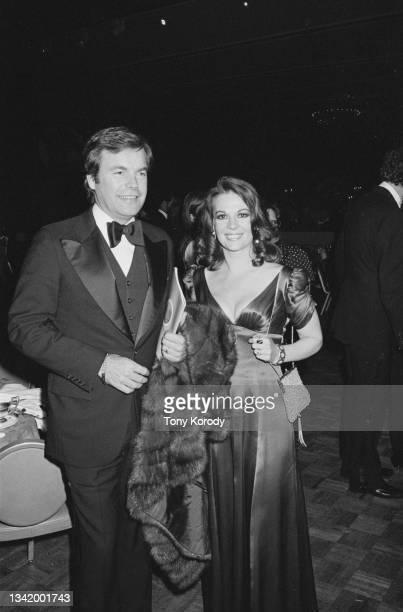 Les acteurs américains Robert Wagner avec sa femme Natalie Wood, à la soirée organisée pour la première du film « Funny Lady ».