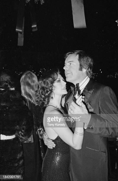 Les acteurs américains Robert Wagner avec sa femme Natalie Wood, dansant à la soirée organisée pour la première du film « Towering Inferno ».