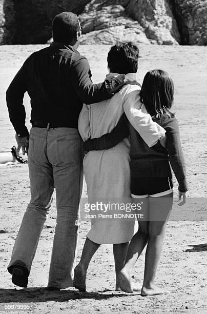 Les acteurs Annie Girardot et Renato Salvatori avec leur fille Giulia, à Belle-Île-en-Mer, dans le Morbihan, en France, en septembre 1972 .