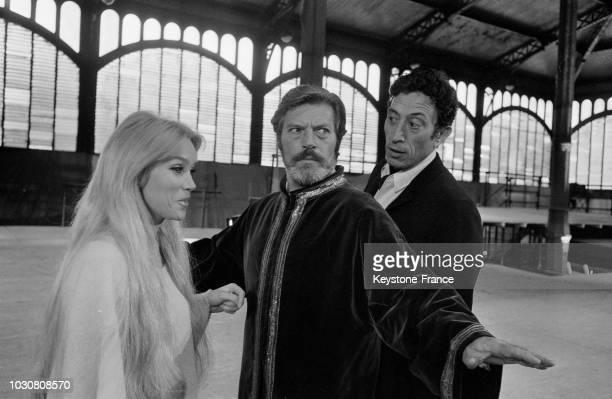 Les acteurs Estella Blain Helmut Schneider et Philippe Clay répètent une scène de 'Faust' dans la salle du pavillon Baltard à Paris le 24 juin 1969...