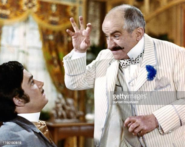 Les acteurs français Bernard Alane et Louis de Funes sur le tournage du film Hibernatus