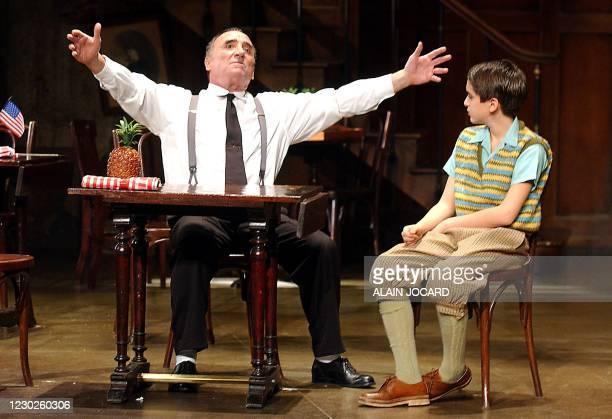 Les acteurs français Claude Brasseur et Romain Prudhomme , répètent le 05 janvier 2002 à Orléans, une scène de la pièce de théâtre de Herb Gardner...