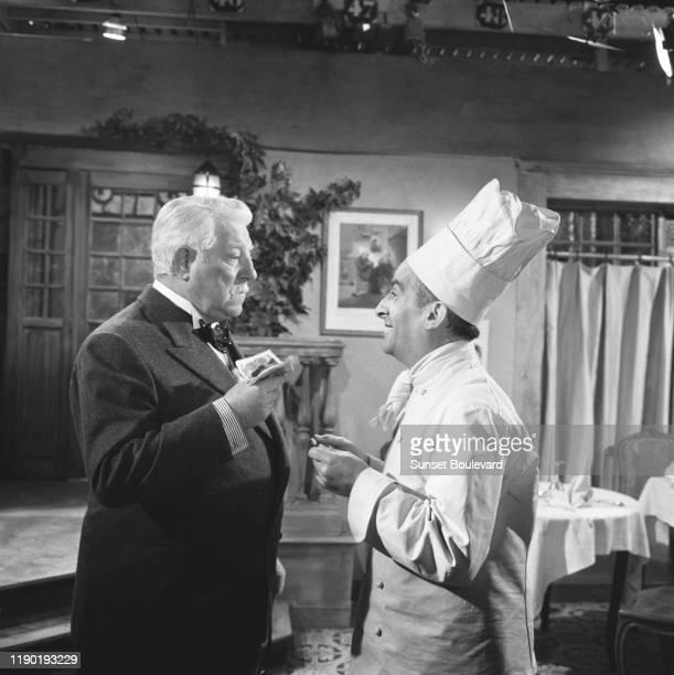 """Les acteurs français Jean Gabin et Louis de Funes sur le tournage du film """"Le gentleman d'Epsom""""."""