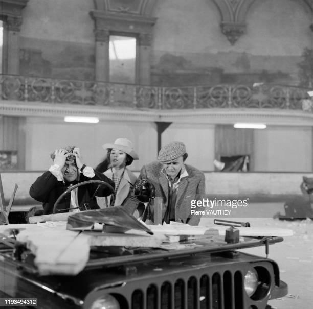 Les acteurs français Louis de Funes Dany Carrel et Maurice Biraud lors du tournage du film Une souris chez les hommes
