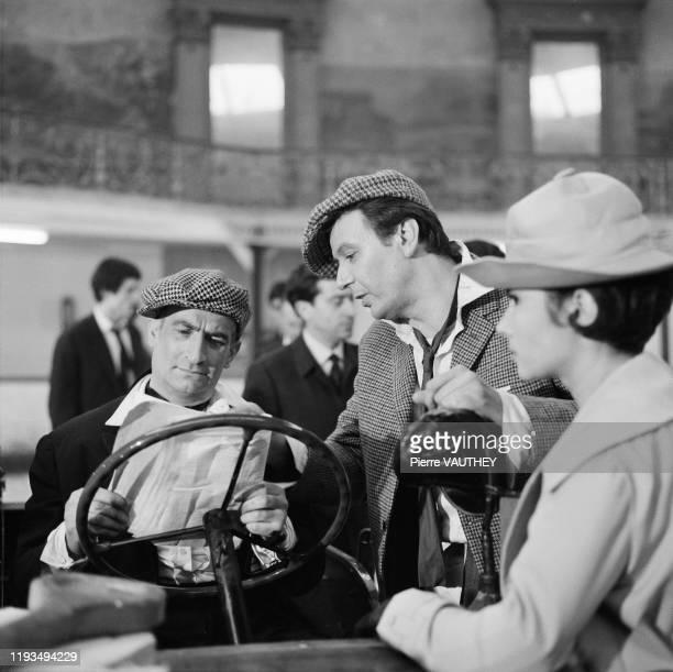 Les acteurs français Louis de Funes Maurice Biraud et Dany Carrel lors du tournage du film Une souris chez les hommes