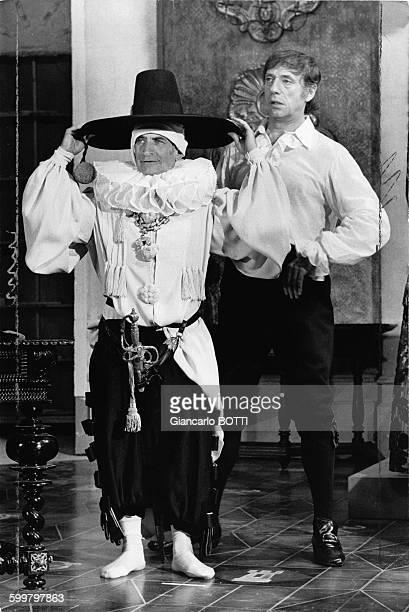 Les acteurs français Louis de Funès et Yves Montand pendant le tournage du film 'La Folie des grandeurs'
