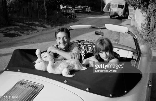 Les acteurs Françoise DORLEAC et JeanPierre CASSEL adoptés par un couple de canards sur le tournage du film La Gamberge de Norbert Carbonnaux Août...