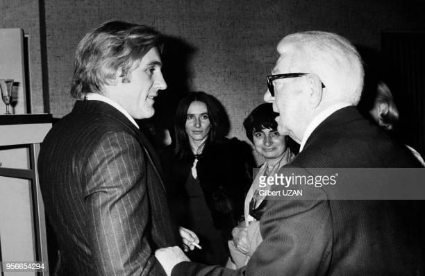 Les acteurs Gérard Depardieu et Jean Gabin sous les yeux de la réalisatrice Agnès Varda dans les coulisses de la cérémonie des César placée sous la...