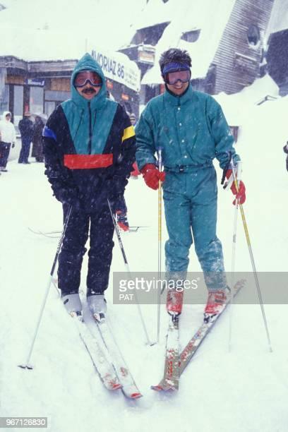 Les acteurs Gérard Jugnot et Thierry Lhermitte font du ski le 15 janvier 1988 à Avoriaz France