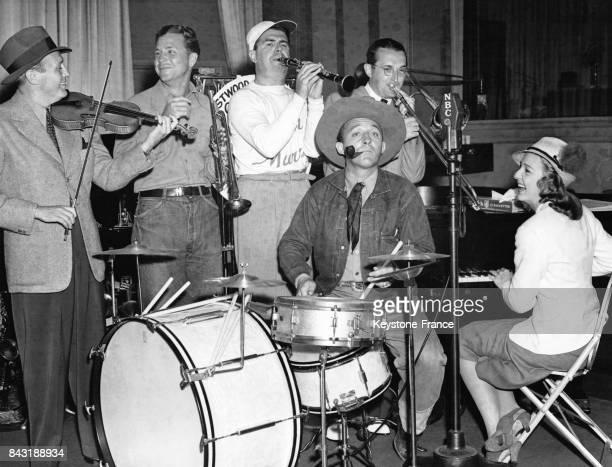 Les acteurs Jack Benny Dick Powell Ken Murray Bing Crosby Shirley Ross et Tommy Dorsey jouent dans un orchestre improvisé lors d'une session de icky...