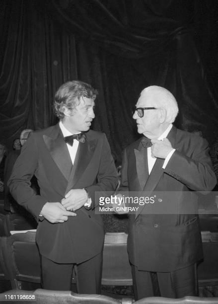 Les acteurs Jean Gabin et JeanPaul Belmondo lors de la soirée d'adieux de Louis Seigner à la Comédie Française à Paris le 25 avril 1974 France