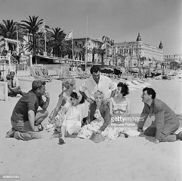 Les acteurs Jean Marais Michèle Montel Estella Blain Michèle Lemoine le réalisateur Claude Boissol et le compositeur RenéLouis Lafforgue sur la plage...