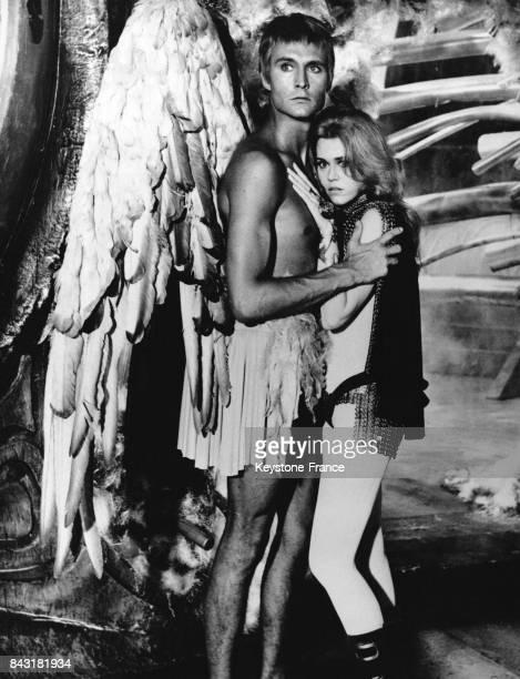 Les acteurs John Philip Law et Jane Fonda sur le tournage du film réalisé par Roger Vadim 'Barbarella' en 1968 dans les studios de Dino de Laurentiis...
