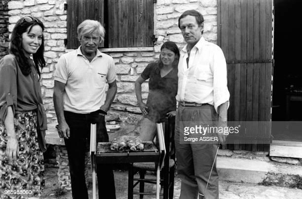 Les acteurs Josephine Chaplin, Coco Ducados et Maurice Ronet en vacances à Bonnieux, dans le Vaucluse, en France, le 31 juillet 1979.
