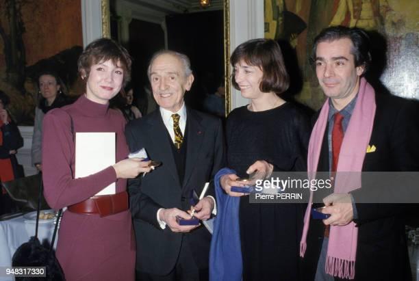 Les acteurs Louis Ducreux et Pierre Arditi et les actrices Nelly Borgeaud et Sabine Azéma lors de la remise des prix Gregory Chmara le 5 février 1985...