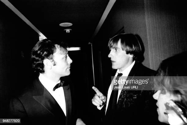 Les acteurs Patrick Dewaere et Gerard Depardieu discutant en France.