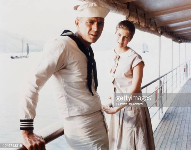 """Les acteurs Steve MacQueen et Candice Bergen sur le tournage du film """"La canonnière du Yang-Tsé""""."""