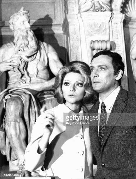 Les acteurs Sylva Koscina et Maurice Ronet devant des statues