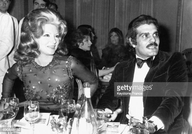Les acteurs Sylva Koscina et Omar Sharif lors d'un dîner