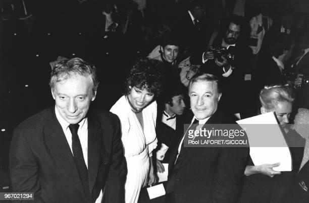 Les acteurs Yves Montand Raquel Welch et Gene Kelly au théâtre du RondPoint pendant le gala du 50è anniversaire du Centre Américain de Paris en...