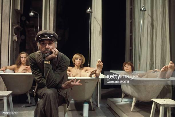Les actrices Brigitte Fossey Tanya Lopert et Lucienne Hamon dans la pièce de théâtre 'Slag' mise en scène par Andreas Voutsinas en 1972 à Paris France