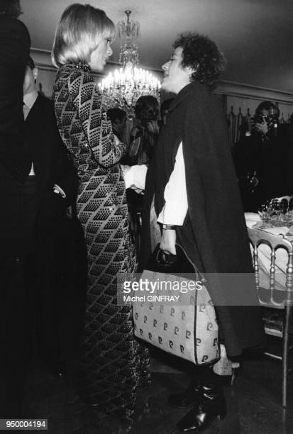 Les actrices françaises Mireille Darc et Annie GIrardot à la projection du film 'La Gifle' de Claude Pinoteau le 10 octobre 1974 à Paris France