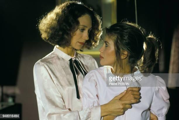 Les actrices Marisa Berenson et Anne Roussel lors du tournage du film 'Flagrant Désir' réalisé par Claude Faraldo en octobre 1985 en France.