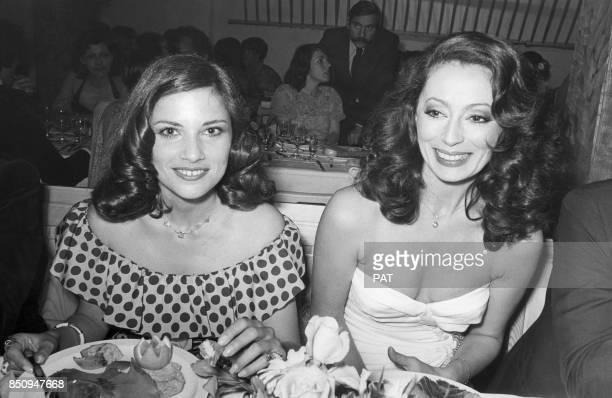 Les actrices Nicole Calfan et Claudine Coster pendant un dîner le 30 avril 1975 France