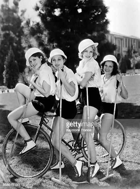 Les actrices Ruth Hall, Mae Madison, Shirley Chambers et Geraldine Barton entre deux parties de polo a bicyclette, en Floride, Etats-Unis, le 27...