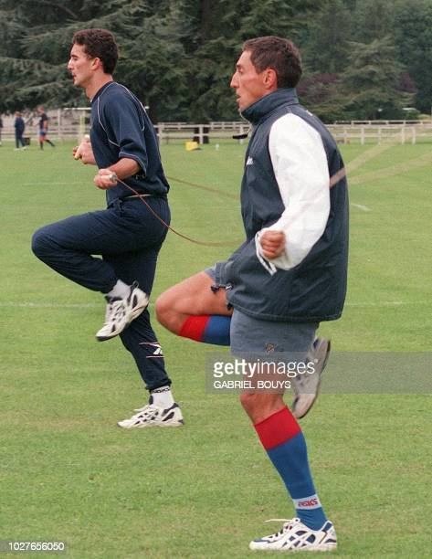 les ailiers du Stade Francais Geoffroy Abadie et Cédric Boudarel font de la corde à sauter lors de l'entraînement des champions de France de rugby...