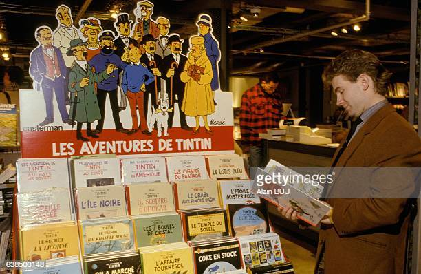 Les albums de Tintin en vente à l'exposition 'Tintinomania' le 4 décembre 1990 à Paris France
