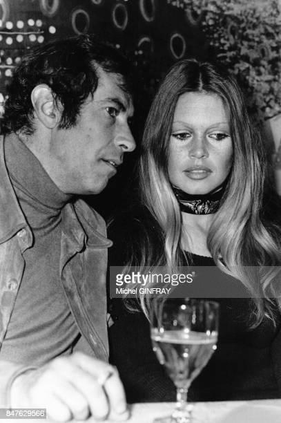 Les anciens epoux Roger Vadim et Brigitte Bardot assistent a la vente aux encheres du peintrephotographe Ghislain Dussart le 9 mars 1972 a Paris...