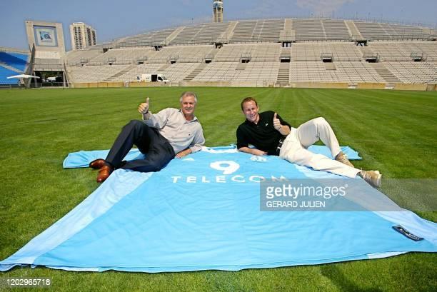 les anciens joueurs de l'Olympique de Marseille JeanPierre Papin et Josip Skoblar présentent le nouveau maillot de l'OM pour la saison 20032004 le 17...